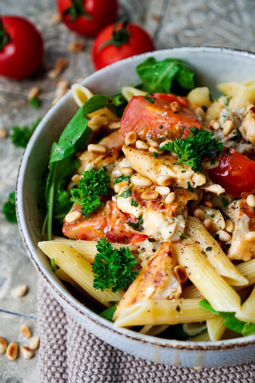 Würzige Gorgonzola-Sahne-Soße mit Hähnchen, Tomaten, Pinienkernen und Rucola
