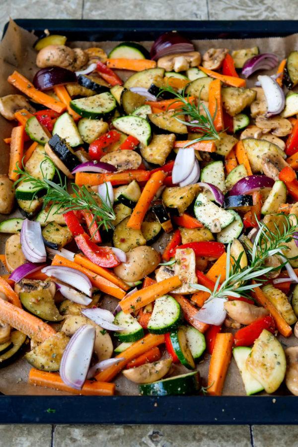 Grillgemüse mit Aubergine, Zucchini, Möhren, Champignons und Paprika auf dem Backblech
