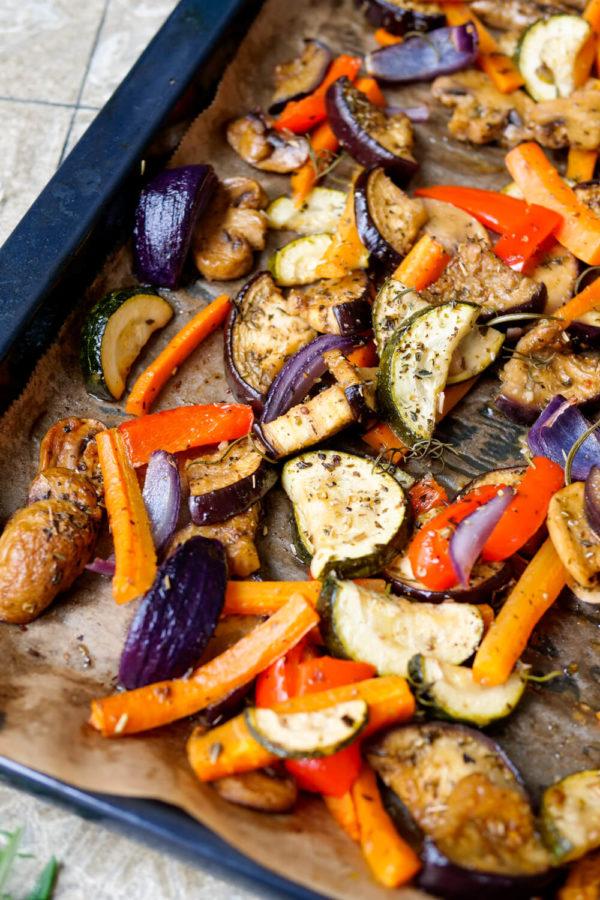 Grillgemüse Rezept mit Zucchini und Auberginen auf dem Backblech