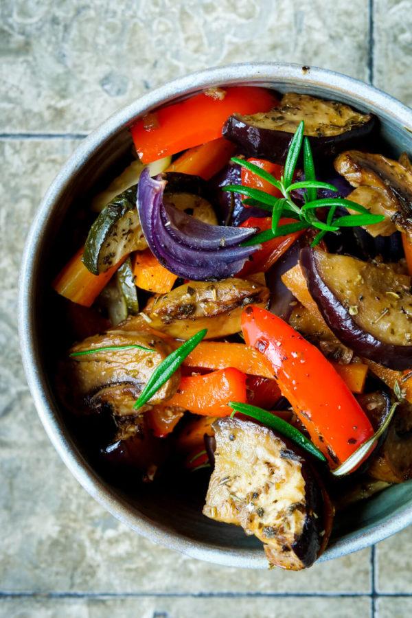 Grillgemüse aus dem Ofen mit Paprika, Aubergine, Zucchini und Zwiebeln