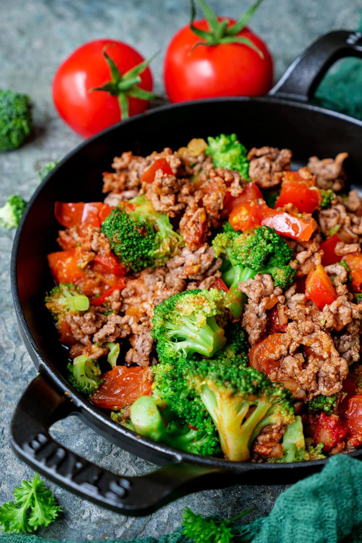 Hackpfanne mit Brokkoli und Tomaten in der Pfanne
