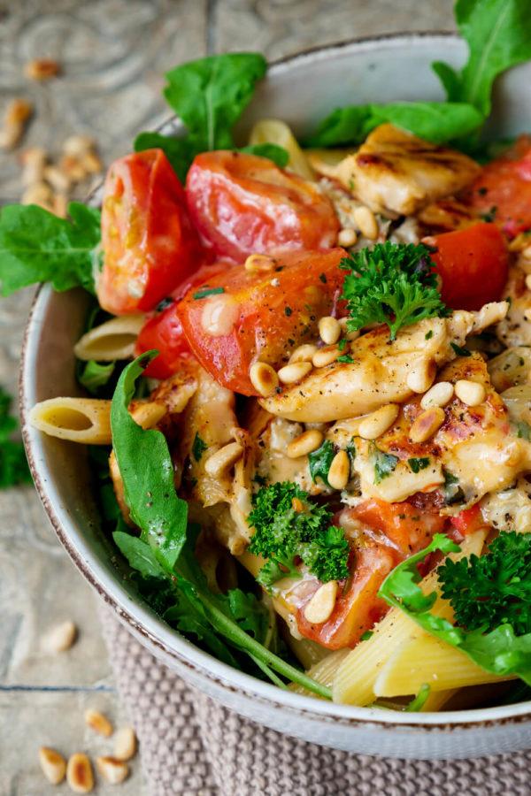 Würzige Nudeln mit Gorgonzola, Tomaten, Rucola, Pinienkernen und Hähnchen