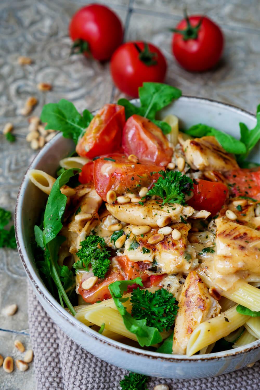 Nudeln mit Gorgonzolasoße, Rucola, Petersilie, Tomaten, Hähnchen und Pinienkernen