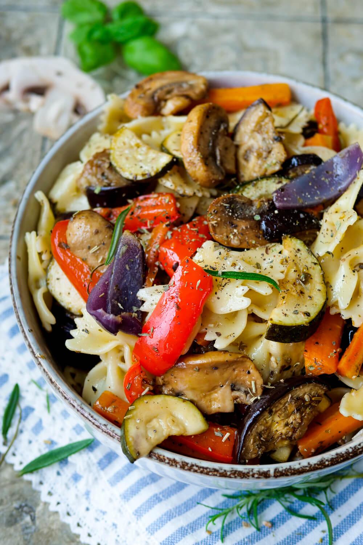 Nudelsalat mediterran Rezept mit Antipasti Gemüse und Rosmarin