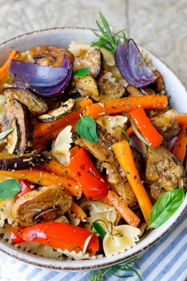 Nudelsalat mit Gemüse aus Aubergine, Paprika, Zucchini, Möhren, Zwiebeln und Champignons