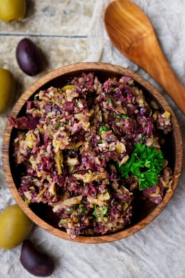 Oliventapenade Rezept mit Kalamata Oliven, grünen Oliven, Petersilie, Olivenöl, Kapern und Knoblauch
