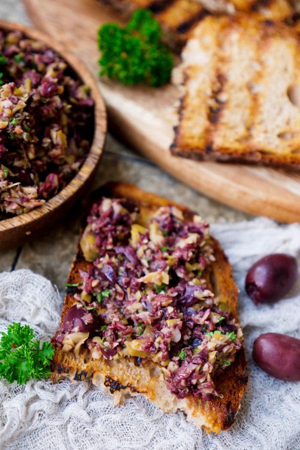 Einfache Oliventapenade als Brotaufstrich