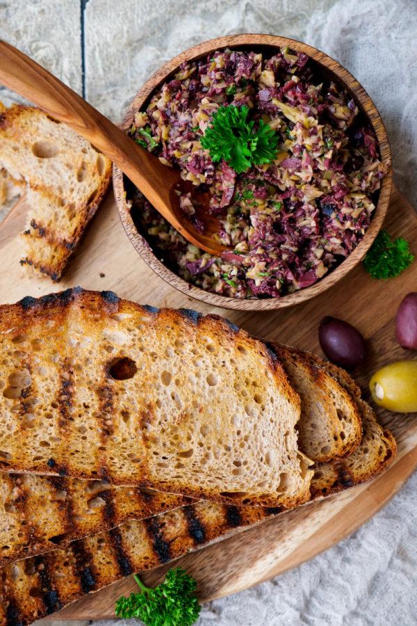 Vegane Oliventapenade mit Kapern, grünen Oliven, Kalamata Oliven und Olivenöl