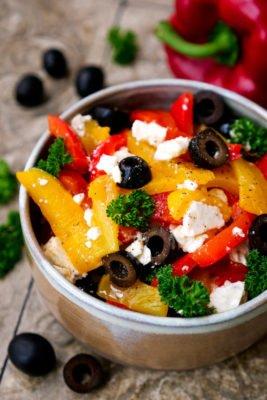 Paprika-Feta-Salat mit schwarzen Oliven, Petersilie und Dressing