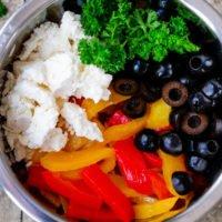 Paprika-Feta-Salat aus Paprika, Feta, Petersilie und Oliven mit einem Zitronendressing