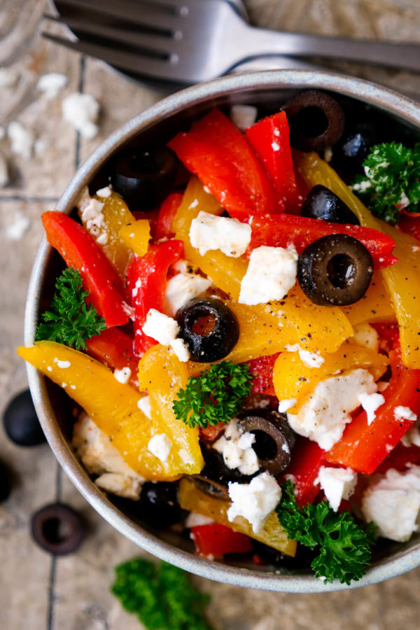 Paprika-Feta-Salat mit Oliven und Zitronendressing