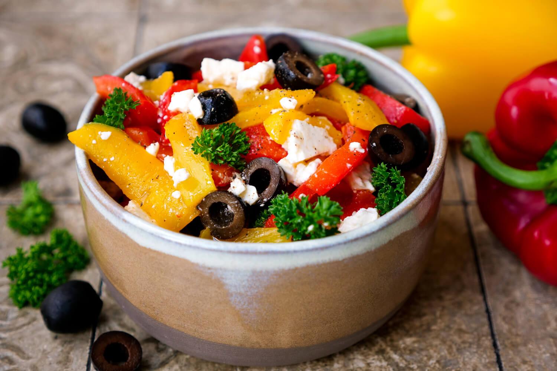 Paprika-Feta-Salat Rezept mit Oliven und Petersilie