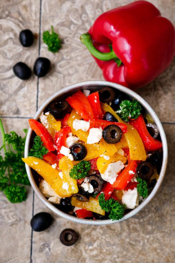 Paprika-Schafskäse-Salat mit Oliven und Petersilie