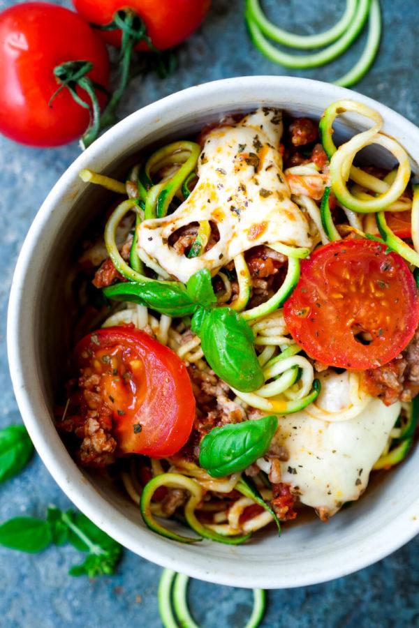 Low Carb Zucchiniauflauf mit Hackfleisch Sauce, Tomaten und Mozzarella