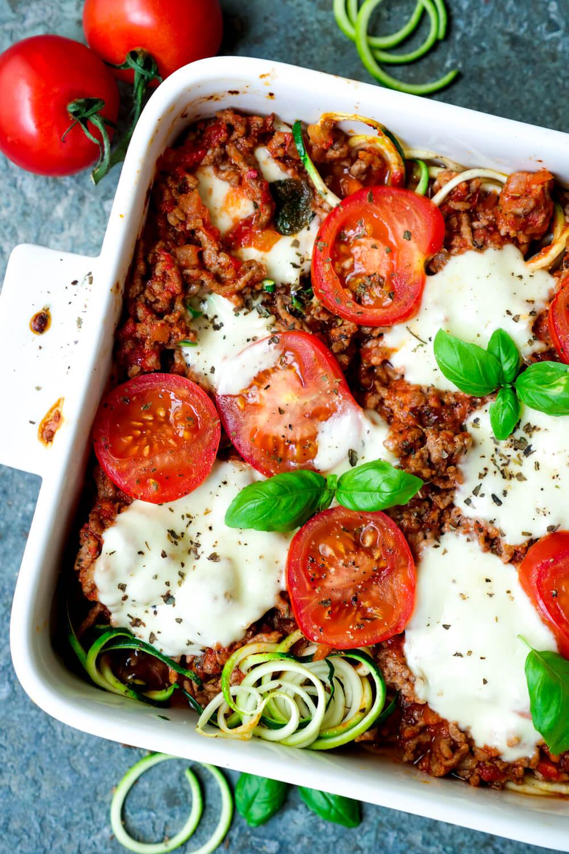 Zucchiniauflauf mit Tomaten, Hackfleisch, Mozzarella und Basilikum