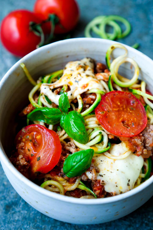Low Carb Zucchininudeln mit Hackfleisch, Mozzarella und Tomaten