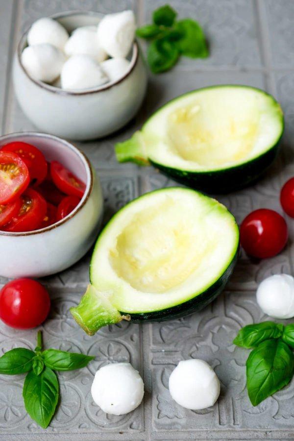Zutaten für die gegrillte Zucchini - Tomaten, Zucchini und Mozzarella