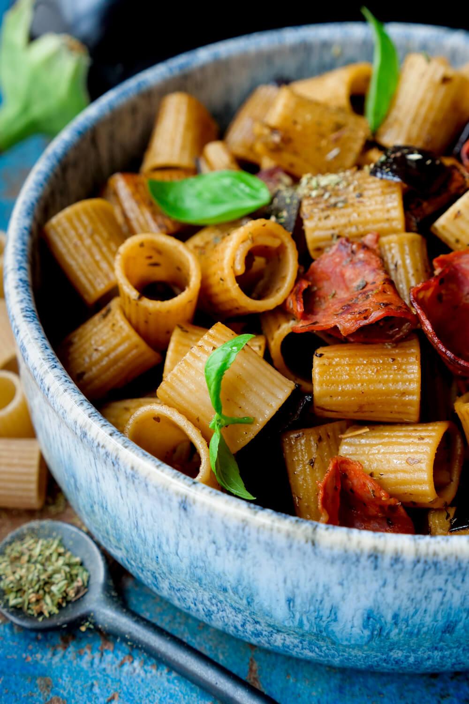 Einfache Auberginen Pasta mit Rigatoni, Chorizo und Oregano in der Miio Schüssel