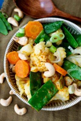 Blumenkohl-Curry mit Kaiserschoten, Möhren, Frühlingszwiebeln, Kokosmilch und Reis