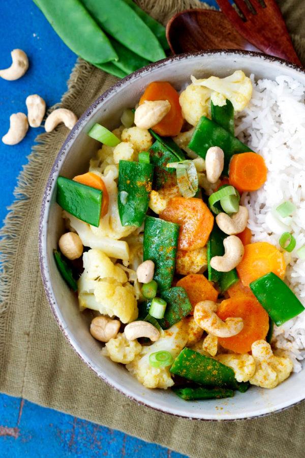 Blumenkohl-Curry mit Kokosmilch, Kaiserschoten, Möhren und Reis