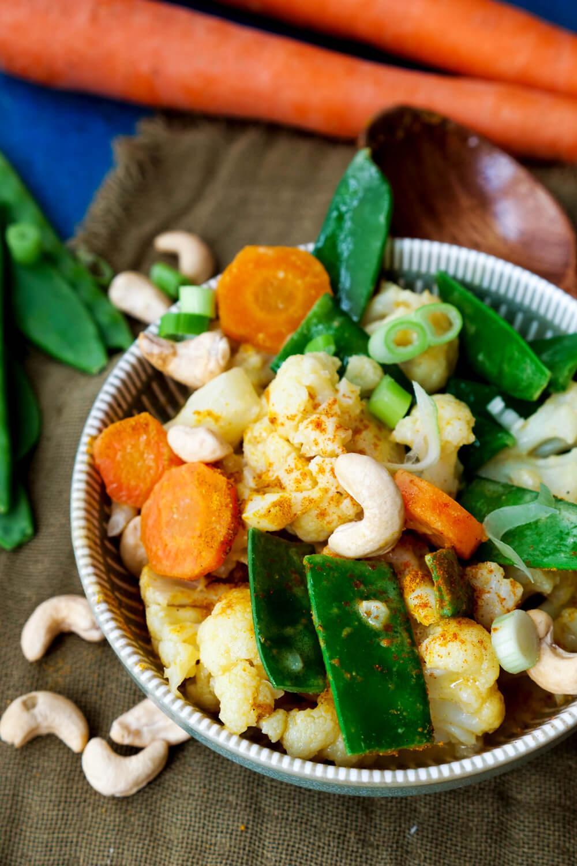 Blumenkohl-Curry vegetarisch mit Cashews, Kaiserschoten, Blumenkohl und Möhren