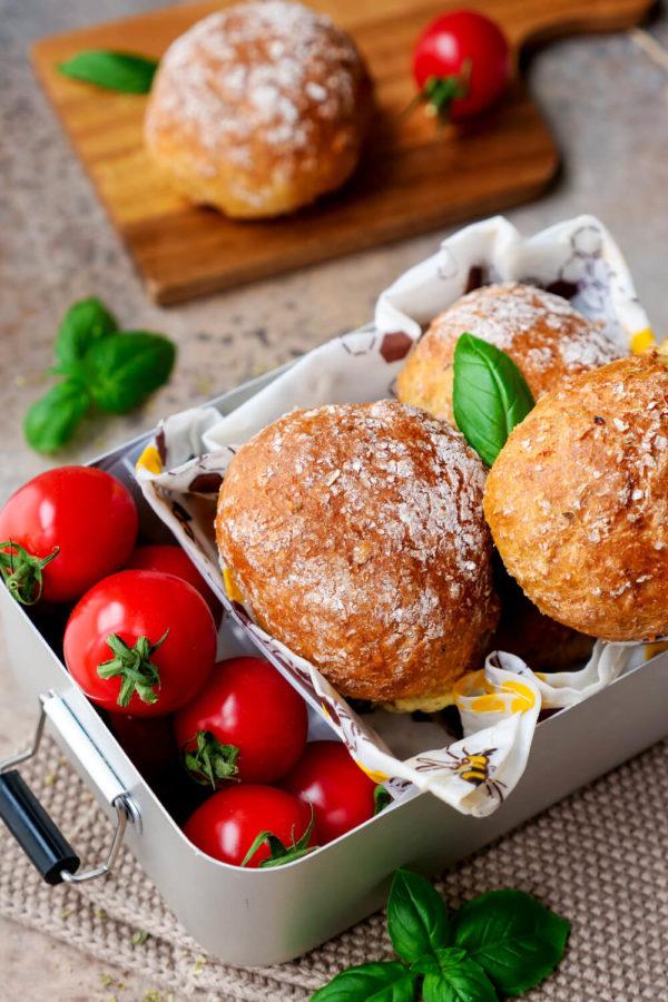 Pizzabrötchen für Kinder mit Tomaten in der Brotdose