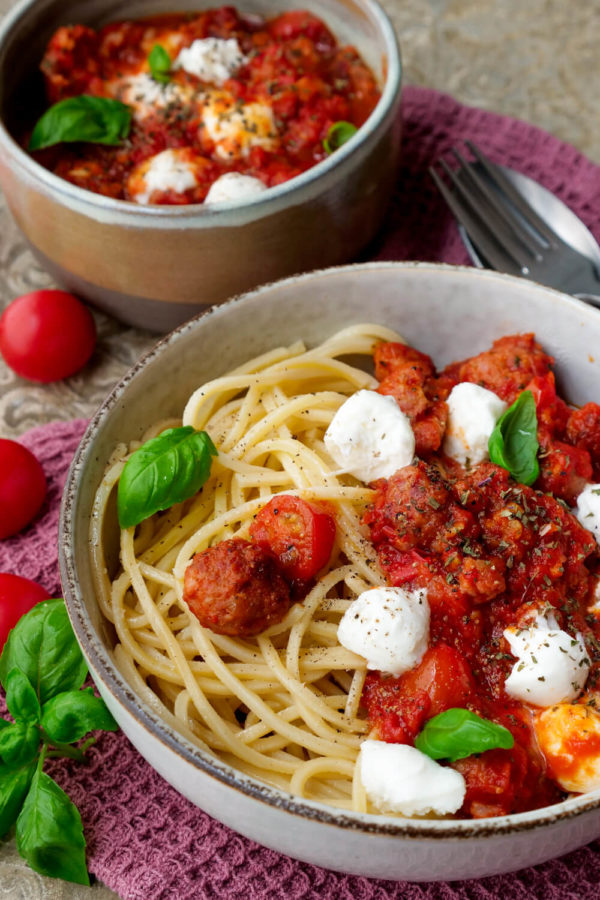 Sasiccia-Nudeln mit pikanter Tomatensauce und Mozzarella
