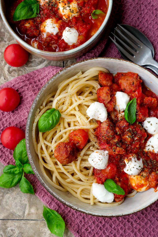 Sasiccia-Pasta mit Tomatensauce, Mozzarella und Basilikum