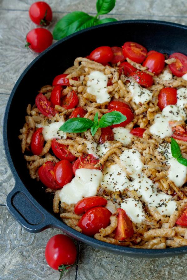 Spätzlepfanne Rezept mit Tomaten, Mozzarella und Basilikum