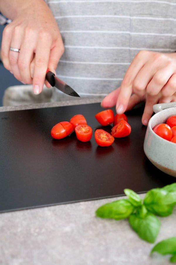 Tomaten schneiden Kind