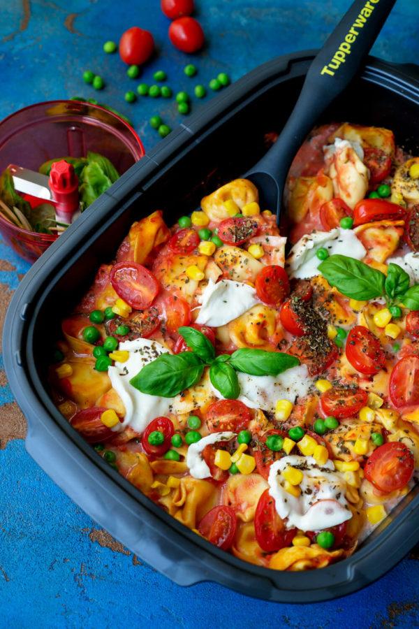 Tortelliniauflauf mit Gemüse und Tomatensauce ind er Auflaufform