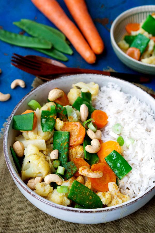Vegetarisches Curry mit Blumenkohl, Möhren, Kaiserschoten und Cashewkernen