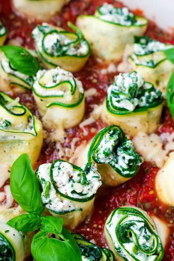 Zucchini-Cannelloni mit einer Füllung aus Ricotta und Spinat auf Tomatensauce