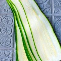 Zucchini mit dem Gemüseschneider in Scheiben geschnitten