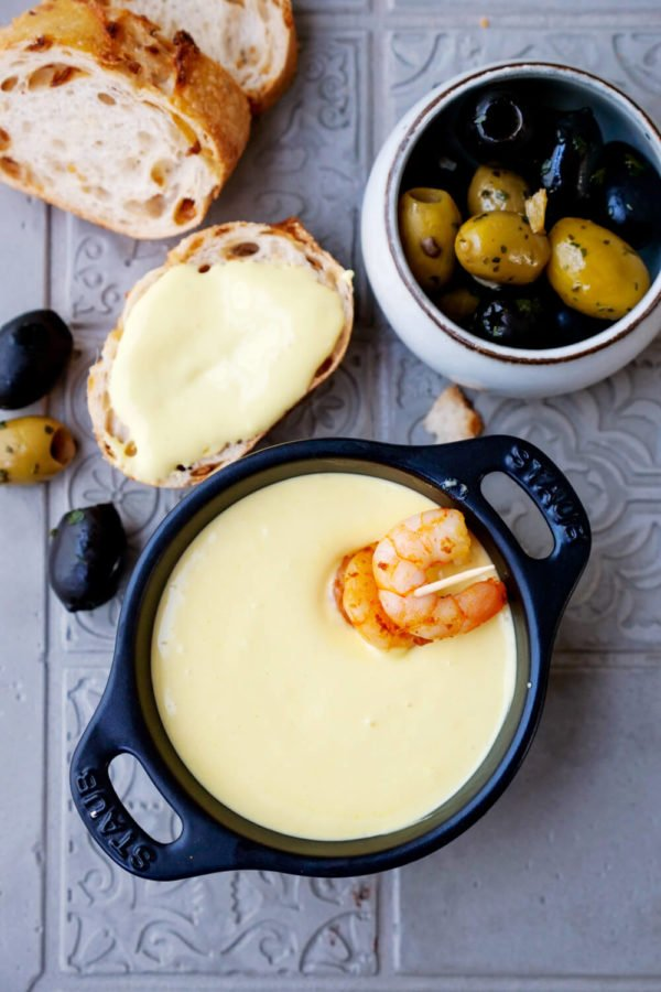 Aioli mit Milch zu Baguette, Oliven und Garnelen
