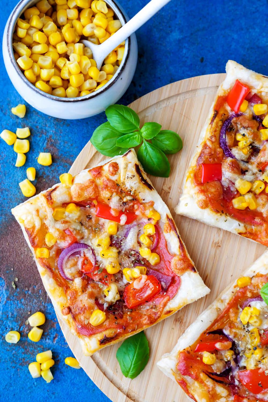 Blätterteig-Pizza Rezept mit Paprika, Mais, Salami und Crème fraîche