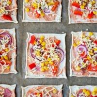 Blätterteig-Pizza belegen