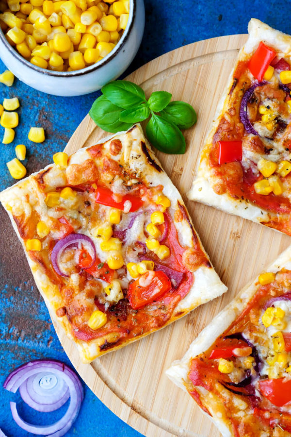 Blätterteig-Pizza für Kinder mit Mais, Paprika und Salami vom Foodblog Gaumenfreundin
