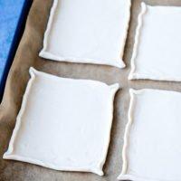 Blätterteig-Quadrate auf dem Backblech