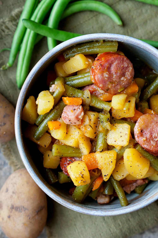 Bohneneintopf mit Fleisch, grünen Bohnen, Möhren und Kartoffeln