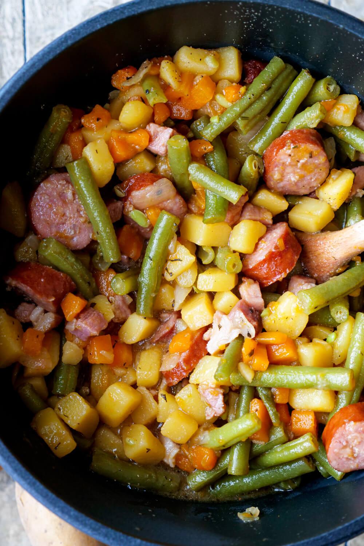 Schneller Bohneneintopf mit grünen Bohnen, Kartoffeln, Möhren, Speck und Mettenden