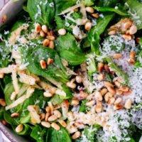 Feldsalat mit geriebenem Parmesan, Pinienkernen und Äpfeln