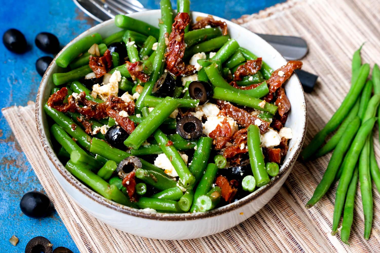 Grüner Bohnensalat mit Oliven und getrockneten Tomaten