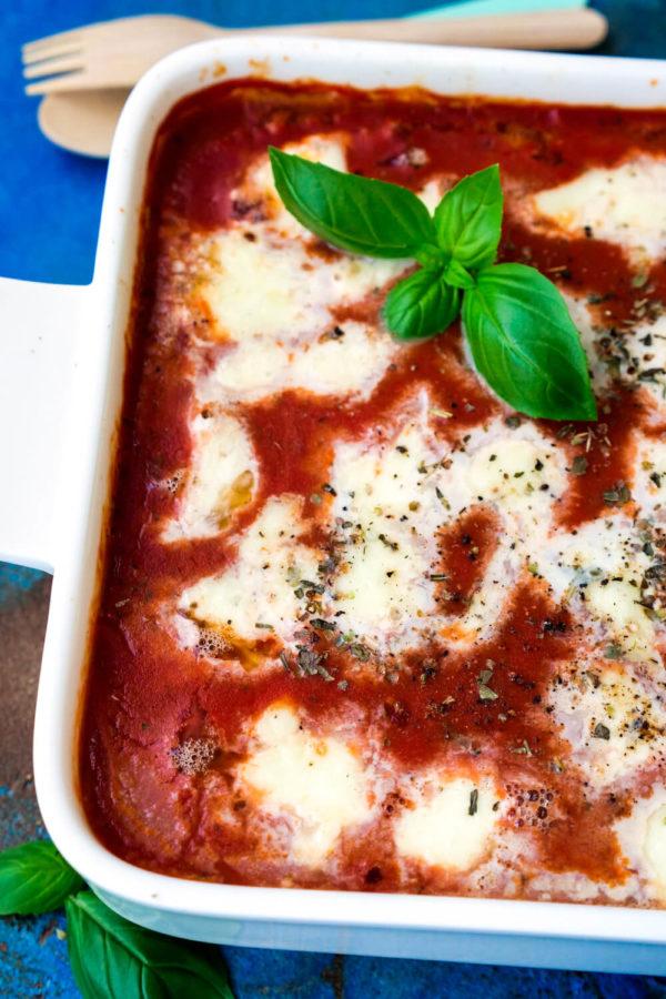 Hackbällchen mit Tomatensauce in Auflaufform