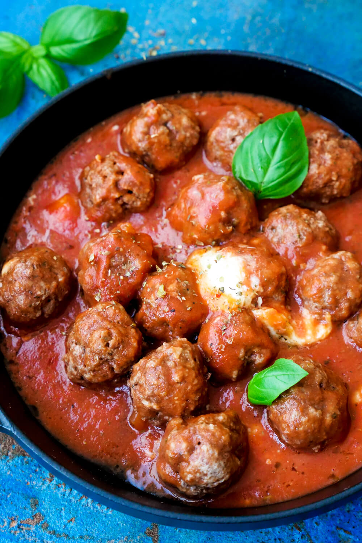 Hackbällchen in Tomatensauce mit Mozzarella überbacken