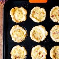 Einfache herzhafte Muffins mit Zwiebeln, Speck und Blätterteig