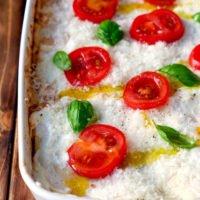 Lasagne mit Parmesan und Tomaten schichten