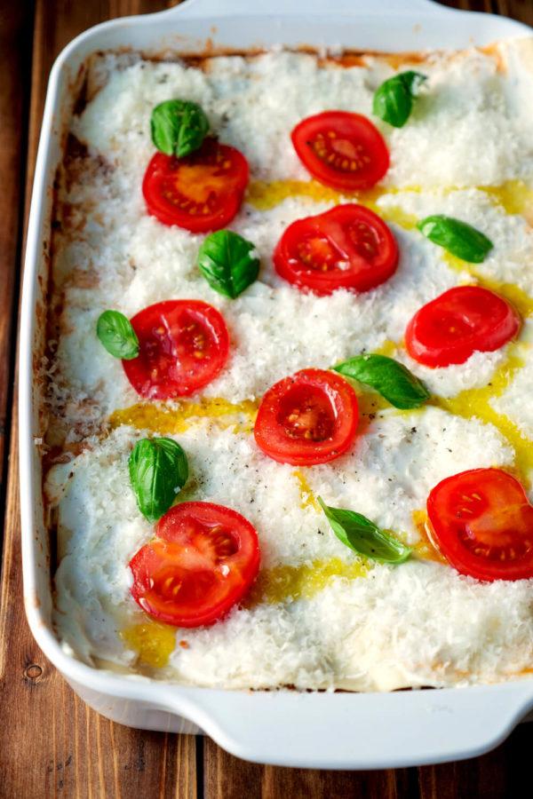 Lasagne schichten mit Parmesan, Hackfleisch, Crème fraîche, Lasagneplatten und Tomaten