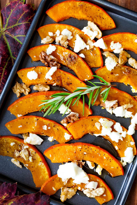 Einfaches Rezept für Ofenkürbis mit Feta, Walnüssen und Feta