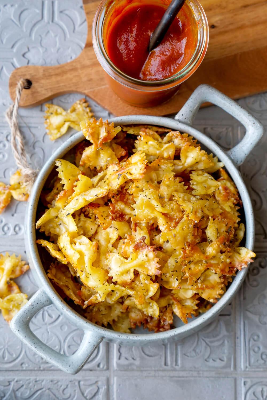 Pastachips-Rezept mit Kräutern und Parmesan als Chips-Ersatz